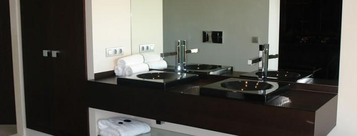 baño oscuro a mediad menorca