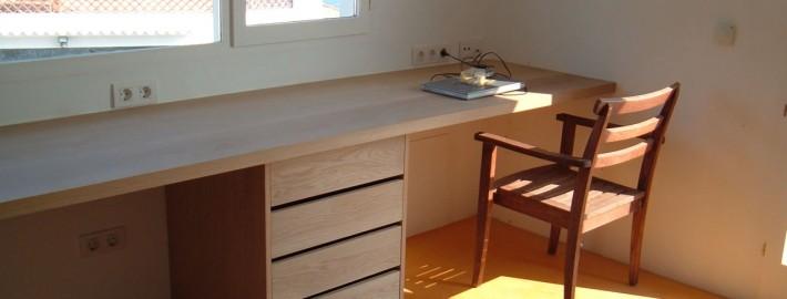 Mesa y cajonera en madera maciza de roble sin tratar for Muebles de madera sin tratar